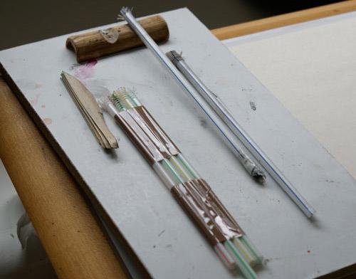 Verschiedene Spezial-Werkzeuge im Überblick: mehrere, aneinandergefügte Strohhalme erzeugen extrem kräftige Formen, ein einzelner Strohhalm ist für ein feineres Schriftbild geeignet.
