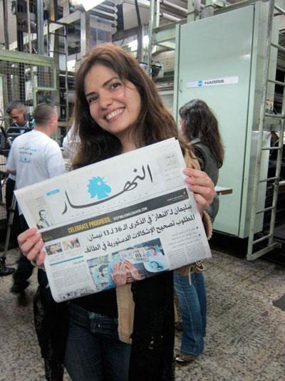 Abb.1: Frisch aus dem Druck: Nadine Chahine hält zum ersten Mal die neue An-Nahar mit ihren Schriftdesigns in der Hand